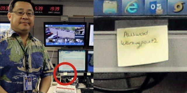 contraseña en post-it pegado en monitor
